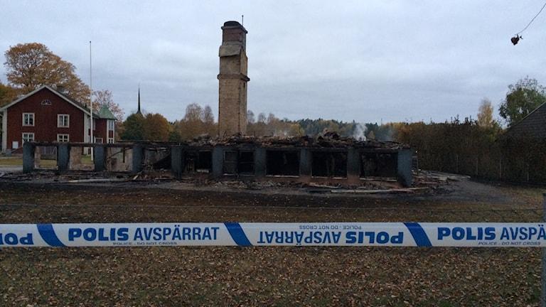 Det pyrde fortfarande i den nerbrunna skolan i Kånna på måndagsmorgonen. Foto: Carina Bergqvist/Sveriges Radio