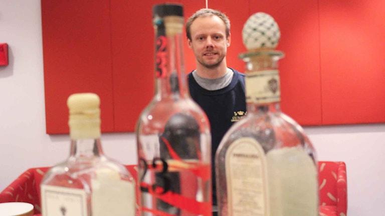 Björn Kjellberg bakom ett gäng flaskor.