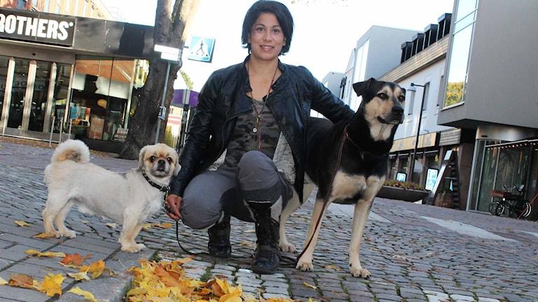 Caroline Hellgren med två hundar.