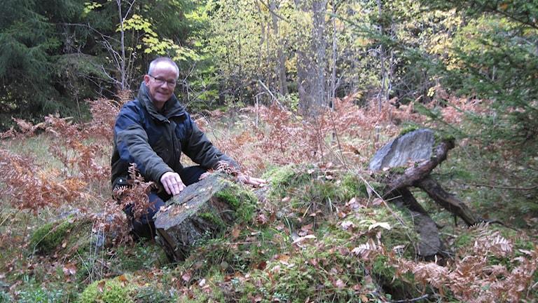 Hasse Bengtsson vid ett odlingsröse.