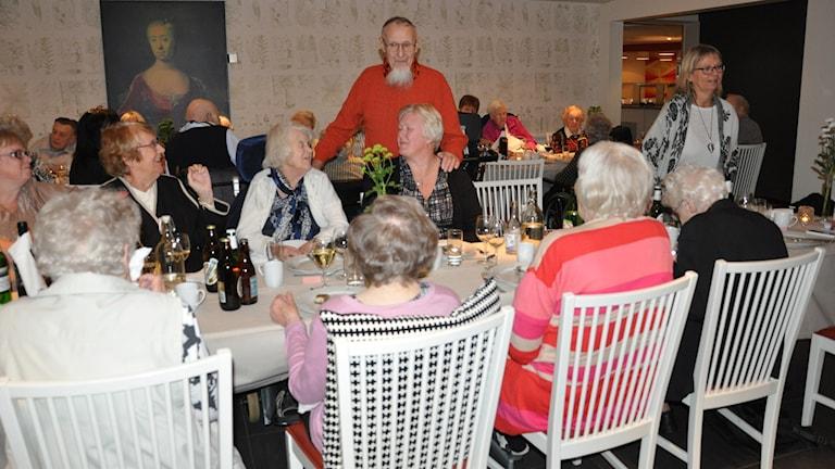 Ingvar Kamprad står framför gästerna på en fest.