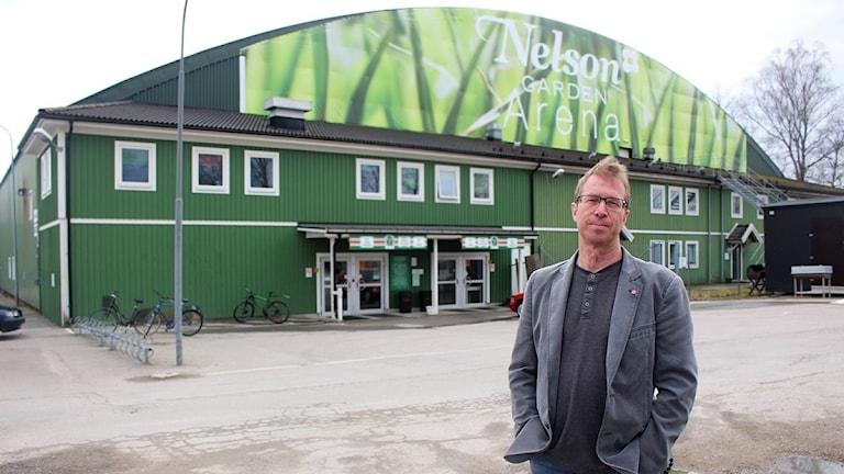 Mikael Jeansson (S) framför Tingsryds AIF:s nuvarande hemmaarena.