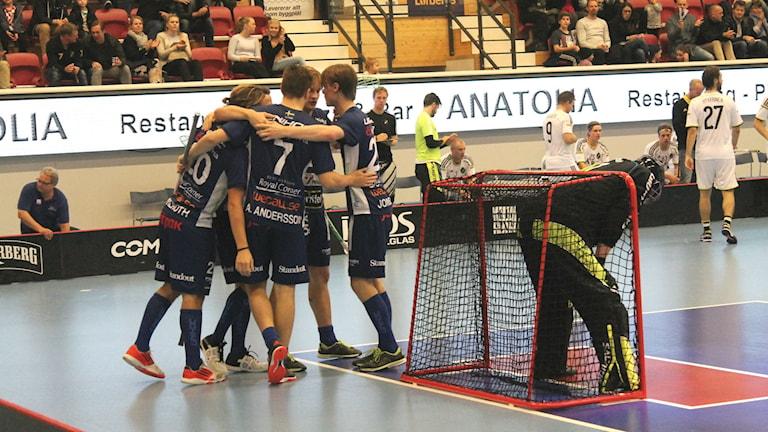 Växjö Vipers står och kramar om varandra efter att ha gjort mål.