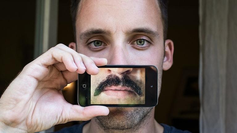 En man med en mustasch