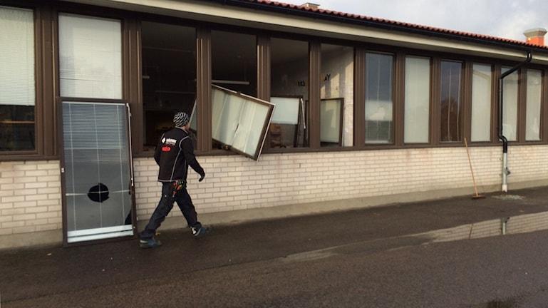 Fönster har krossats på Grönkullaskolan i Alvesta. Foto: Lars-Peter Hielle/Sveriges Radio