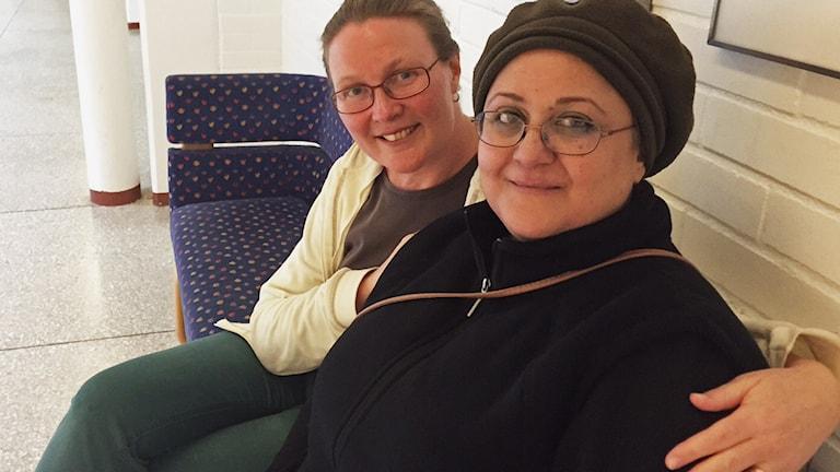 Sarab Nadim och Jenny Herz sitter på en soffa.