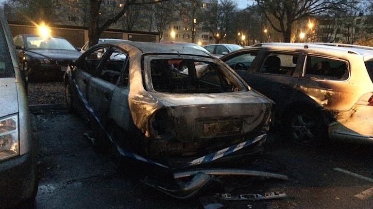 Tre bilar som skadats i branden.