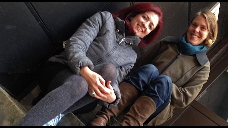Huda Alsakka och Maja Söderberg sitter i en trappa.