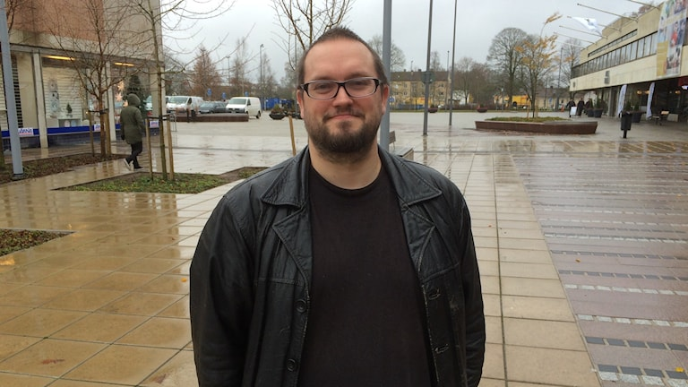 Conny Andersson står på en regnig gata i Ljungby-