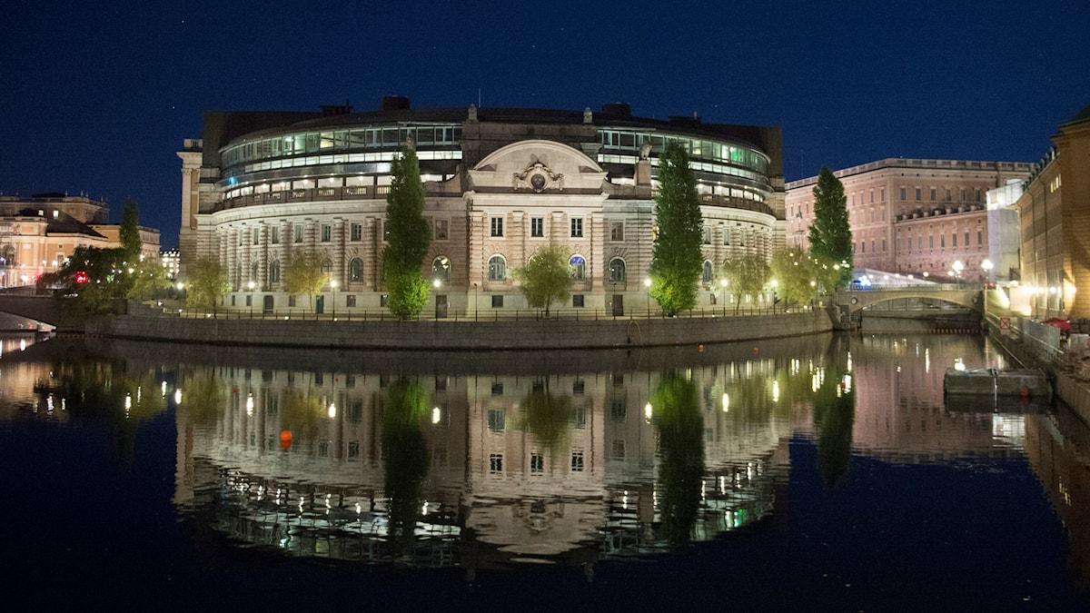 Riksdaghuset i mörker.