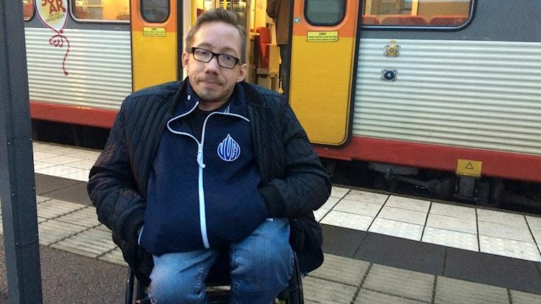 Mathias Jonsson på perrongen framför tåget.