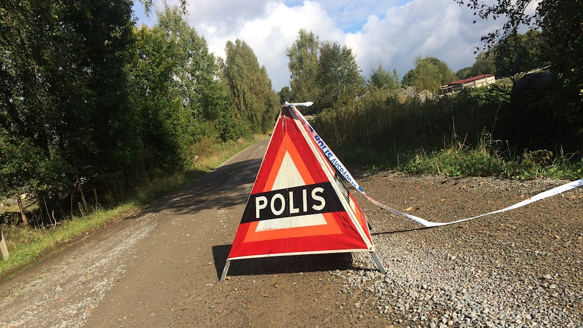 En polisskylt vid den avspärrade platsen i Urshult.