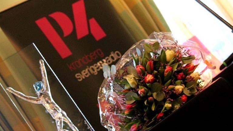 En glasstatyett och blommor
