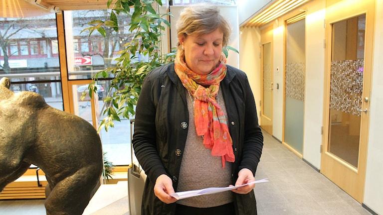 Kvinna, Cecilia Grefve, håller i papper med P4 Kronobergs siffror.