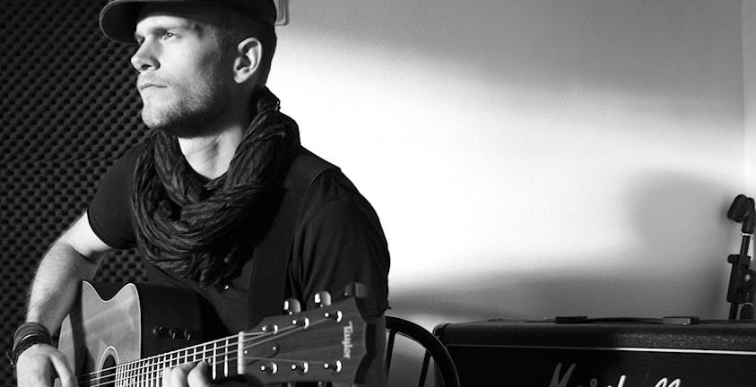Per-Erik Bäckvall spelar med sin gitarr.