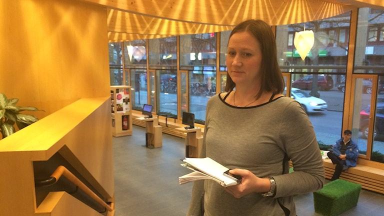 Hanna Fransson håller i papper.