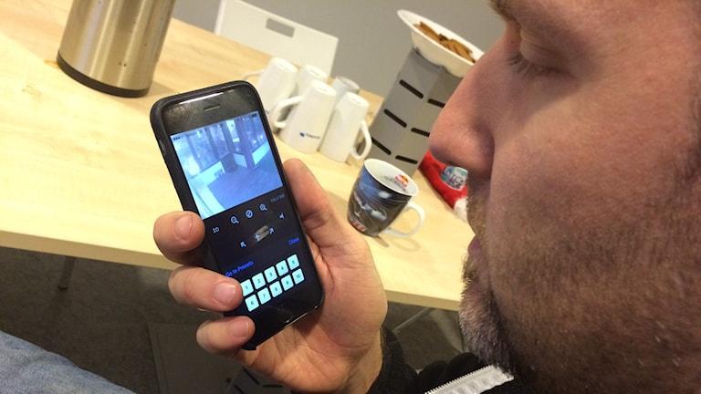 Mikael Tornberg är en av många som har kamera hemma för att känna sig trygg. Foto: Lars-Peter Hielle