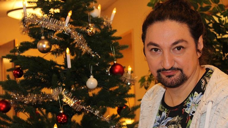 Thomas Di Leva framför julgranen.