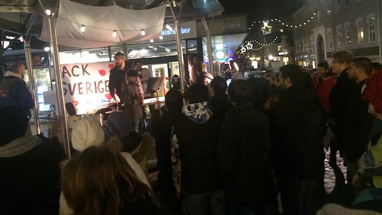 Människor framför en scen.