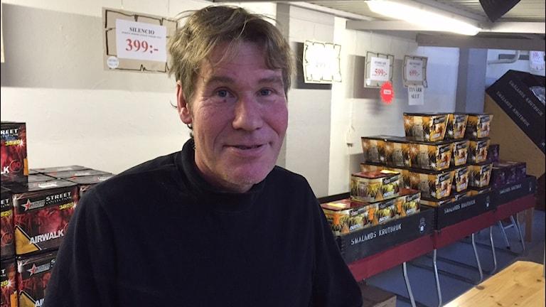 Jonas Grahn står i sin fyrverkeributik.