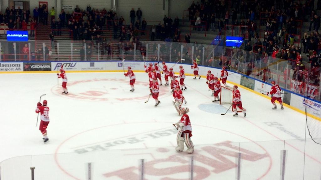 Troja jublar efter segern över Huddinge. Foto: Per Brolléus/Sveriges Radio