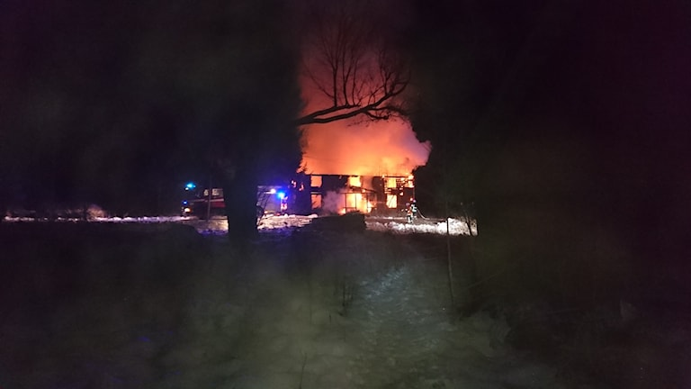 Villan står i brand