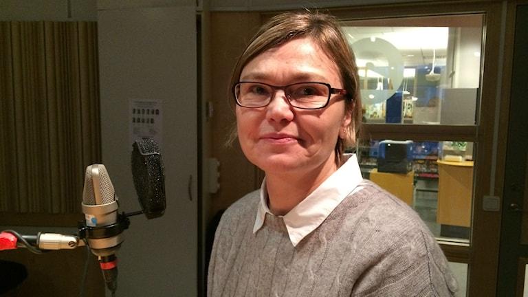 Djana Micanovic sitter i studion. Foto: Anne Marchal/Sveriges Radio