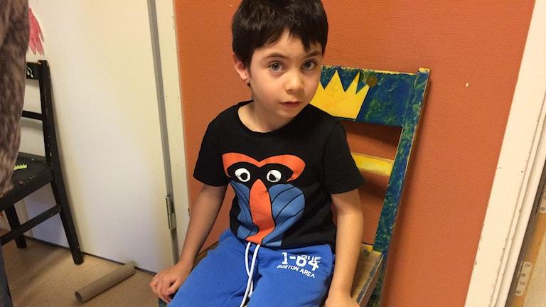 5-årige Neo har en nervskada som gör att han inte kan gå. Men nu har hans förskola samlat in pengar till en operation som kan hjälpa honom. Hans dröm är att kunna spela fotboll. Foto: Lars-Peter Hielle
