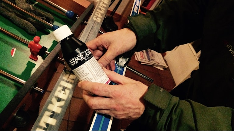 Vid förtäring kontakta genast giftinformationcentral står det på flaskan men den saknar uppgifter om innehållet.