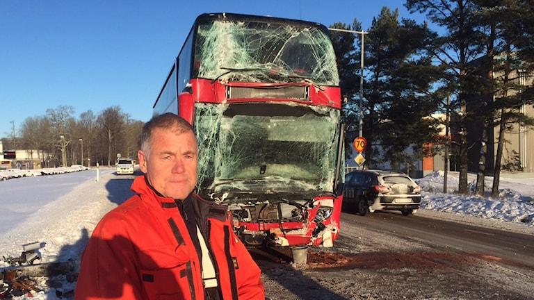 Michael Foleby är räddningsledare vid bussolyckan utanför Tingsryd. Efter olyckan fördes busschauffören och ett antal passagerare till sjukhus, enligt polisen.