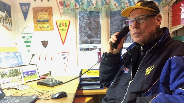 Owe Svensson pratar i telefon på sitt kontor.