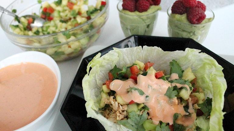 Fredagens recept: Pulled chicken i skålar av isbergssallad med ananassalsa och chilimajonnäs.