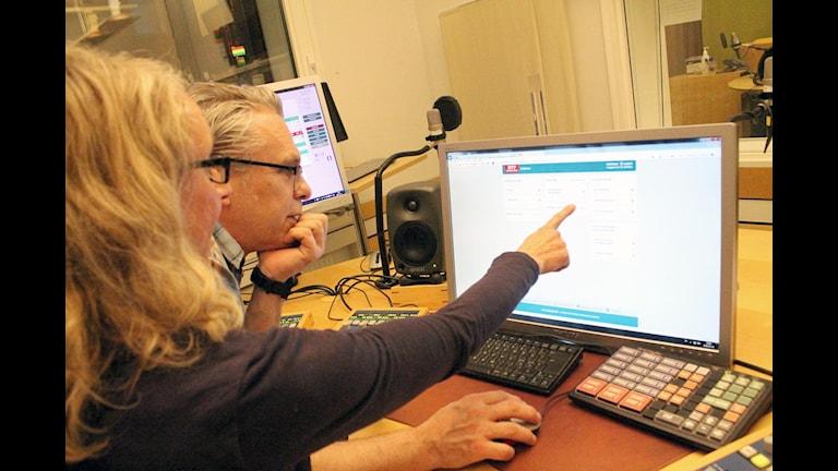 Magdalena Hellerstedt visar e-journalen för P4 Kronobergs Per Brolléus.