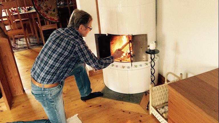 Det nya sättet att elda på är bra både för grannar och klimatet. Foto:Tomas LIndberg