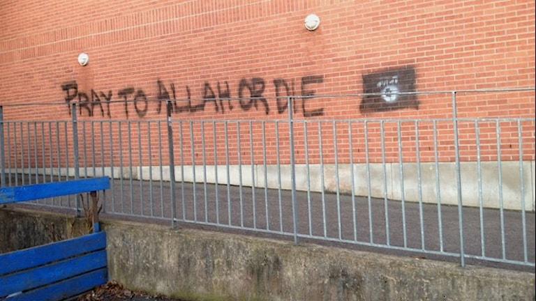 Klotter på skolvägg: pray to Allah or die