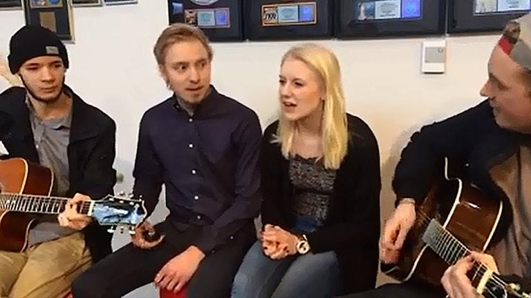 Fyra elever sitter och spelar musik