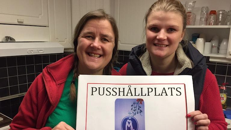 Karin och Caroline Lindahl förbereder singelkvällen för djurägare. Foto: Peje Johansson/Sveriges Radio