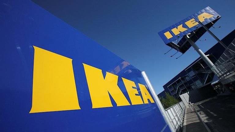 Bild på flera Ikeaskyltar.