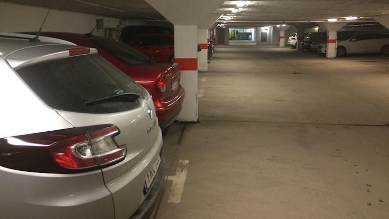 Bilar i ett garage
