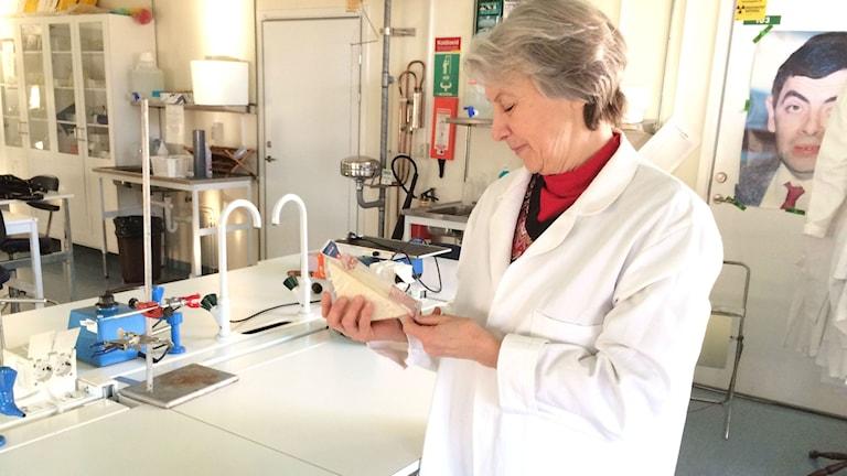 Anna Blücher på Linnéuniversitetet tar sig an P4-mackan i sitt labb. Foto: Lars-Peter Hielle/Sveriges Radio
