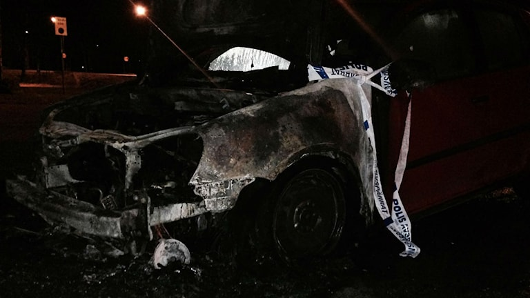 En utbränd bil på Rönnelundsvägen i Alvesta.