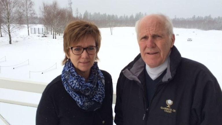 Ann-Helene Pettersson och Roy Tengroth på Glasrikets Golfklubb. Foto: Carina Bergqvist/Sveriges Radio