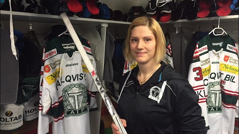 Taifs materialare Anna Berglund är ensam kvinna på denna post i både allsvenskan och SHL. Foto: Peje Johansson/Sveriges Radio