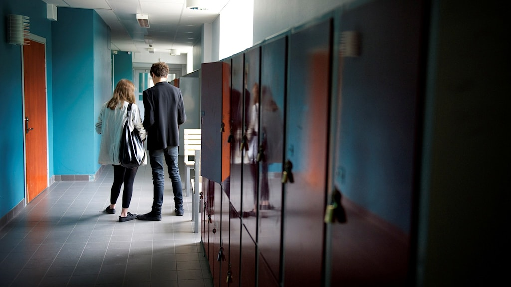 Elever står i skolkorridor