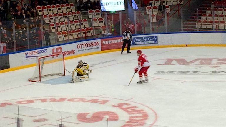 Johan Andersson missar en straff för Troja i förlustmatchen mot Södertälje.