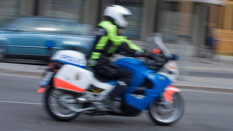 En polis på motorcykel.