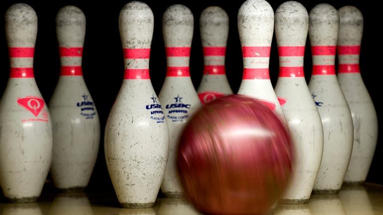 kula rullar mot bowlingkäglor.