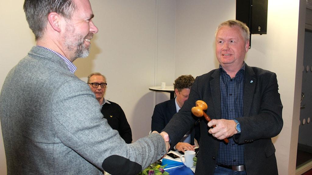 Sven Johannesson lämnar över klubban till Martin Jonasson