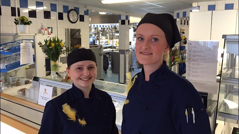 Sara och Emelie i köket på Solgården
