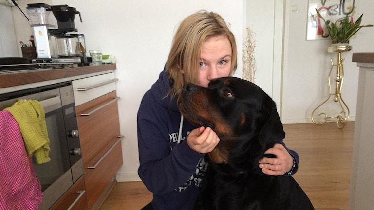 Stephanie Thour och hunden Oden. Foto: Carina Bergqvist/Sveriges Radio